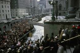 Crowds queue to see Leonardo's Mona Lisa at New York's Metropolitan Museum (1963)