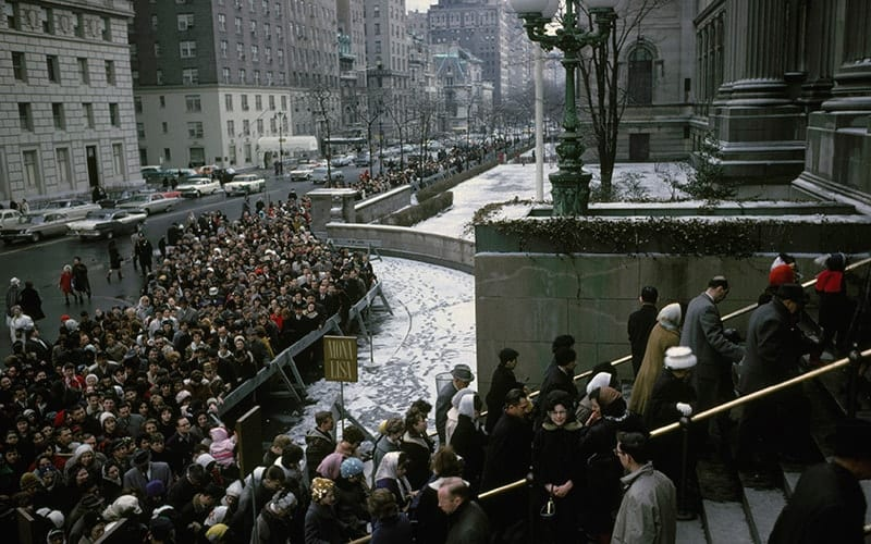 Crowds queue to see Leonardo's Mona Lisa at New York's Metropolitan Museum (1963)