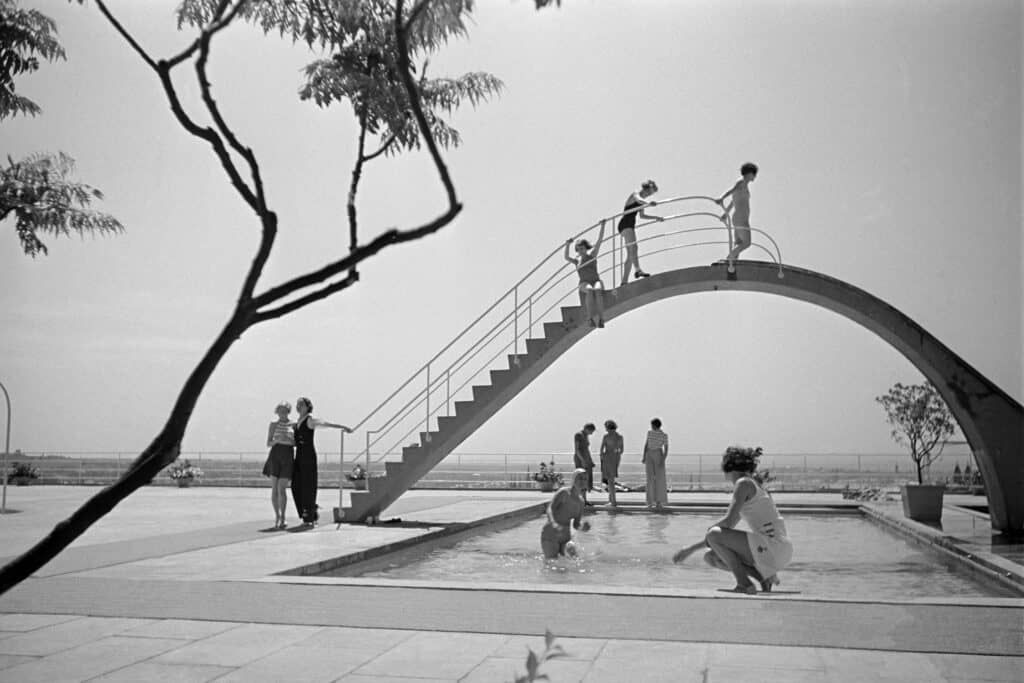 Opening of the Opel Swimming Pool in Wiesbaden, 1934 © Dr. Paul Wolff & Tritschler, Historisches Bildarchiv, Offenburg. Leica