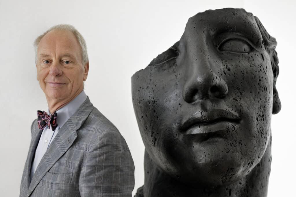 Gallery owner Peter Femfert with Igor Mitoraj's bronze sculpture Centurione Pietrificato (2007) © DIE GALERIE.