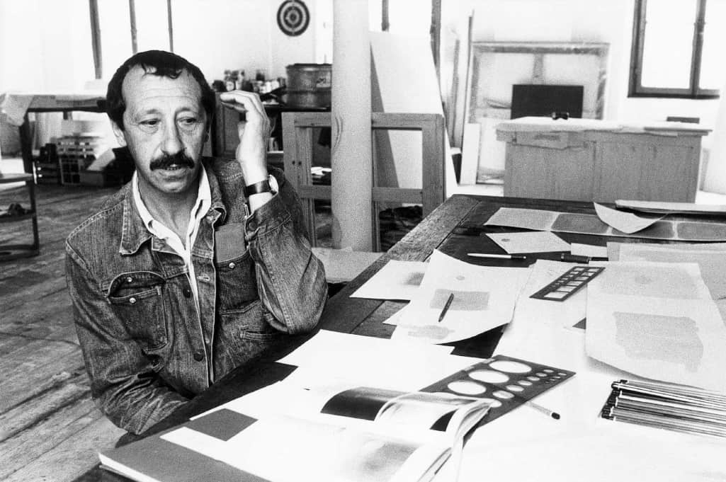 Turi Simeti at the work table in the Studio on Viale Bligny, Milan, 1971. Photo by Enrico Cattaneo.
