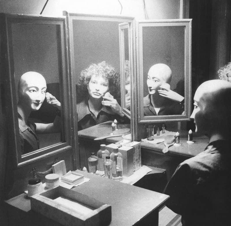 In the mirror, film still.