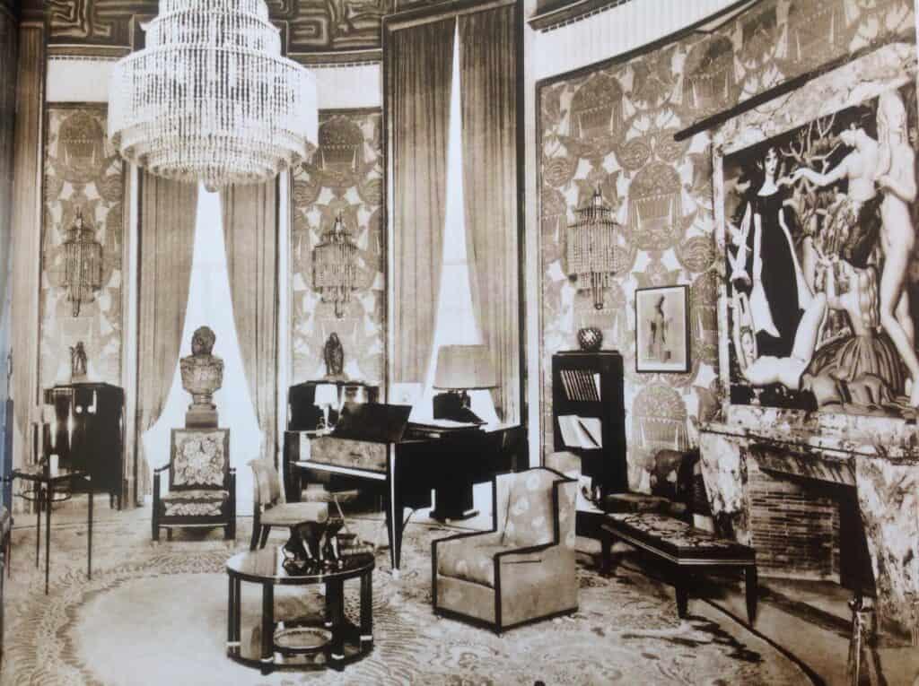The salon of the Hotel du Collectionneur with Art Deco furniture at the 1925 Paris Exposition Internationale des Arts Décoratifs et Industriels Modernes, designed by Émile-Jacques Ruhlmann.